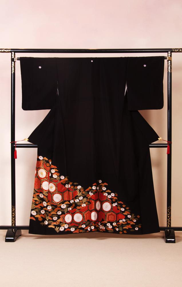 817 黒留袖 亀甲に菊
